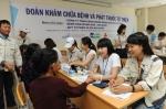 7월 25일부터 29일까지 베트남 두산비나 반뚱 사원아파트 내 교육장에서 열리고 있는 '2011년 하기 중앙대의료원 의료봉사'를 찾은 꽝응아이성 주민들이 의료진으로부터 진료를 받고 있다.