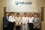 지난 8월 9일 더존 강촌캠퍼스를 방문한 일본 현지 관계자 및 기업체 사장단 일행이 더존 D-클라우드 센터 앞에서 기념사진을 촬영하고 있다.