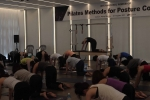 지난 27일 열린 '자세평가에 따른 운동방법'국제워크샵에서 페니머레이 강사가 척추측만증을 회복시키는 대표적인 필라테스 운동법 '캣스트레치'를 소개하고 있다.