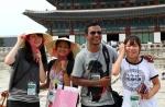 여성가족부와 한국청소년단체협의회가 7.27-8.10까지 서울 등에서 아시아24개국 300여 청소년이 참여한 2011 아시아 청소년 초청연수를 개최한 가운데, 7일 경복궁에서 아시아 참가자들이 고궁을 돌아본후 기념촬영을 하고 있다. (사진제공: 한국청소년단체협의회)