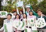 """""""가을숲에 찾아온 초록산타와 친환경 에코백 만들어요""""  만성질환 환아 가족들의 유대와 교류를 돕는 '초록산타 네트워킹 데이' (사노피-아벤티스 코리아, 아름다운가게 주최) 참가자들이 북한산에서 환경을 살리는 에코백을 만들어 선보이고 있다."""