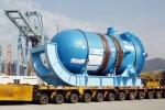 중국으로 가는 원자로: 두산중공업은 4일, 경남 창원 공장 사내부두를 통해 중국 산둥성 하이양 원자력발전소에 들어갈 원자로를 출하하고 있다.  이 원자로는 지난 2007년 미국 웨스팅하우스로부터 수주한 것으로 4년여 동안 자체 기술로 제작됐다.