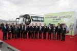 현대자동차(회장 정몽구)는 9일(수) 서울 한강시민공원 잠원지구에 위치한 선상 연회장 '프라디아'에서 버스업체 사장단 및 주요 고객 등 100여 명이 참석한 가운데 '뉴프리미엄 유니버스(UNIVERSE)' 및 '유니시티(UNICITY)' 신차발표회를 가졌다.   사진은 최한영 현대차 상용사업담당 부회장(사진 왼쪽 열 번째)을 비롯한 현대차 관계자와 버스업체 관계자들이 기념촬영을 하고 있는 모습.