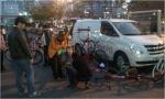 바이클로 이동 정비팀이 서울역 광장에서 녹색자전거열차 참가자 대상으로 무상점검 서비스를 진행하고 있다.
