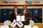한기선 두산중공업 운영총괄사장(COO, 오른쪽)과 김문덕 한국서부발전 사장(왼쪽)이  15일 서울 삼성동 그랜드인터컨티넨탈 호텔에서 '300MW급 태안 석탄가스화 실증플랜트 공급계약을 맺고 있다.