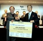 서울 장충동 신라호텔 영빈관에서 개최된 두산인프라코어 리파이낸싱 서명식에서 강만수 산은금융지주 회장(왼쪽)이 박용현 두산 회장(오른쪽)에게 US$22억 수표를 전달하고 있다.