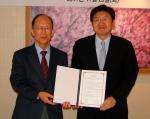 국방소프트웨어산학연협회 김재창 회장(좌)과 서울과학종합대학원 이남식 총장(우)이 기념 촬영을 하고 있는 모습