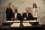 McDonald's의 사장 겸 COO인 Don Thompson(왼쪽에서 두번째)과 국제올림픽위원회 위원장인 자크 로게(오른쪽에서 두번째)가 2012년 1월 13일 금요일에 오스트리아 인스브루크에서 McDonald's 스폰서십 갱신 계약에 서명하고 있다. McDonald's 와 IOC는 2020년 올림픽까지 McDonald's 의 TOP 스폰서십을 갱신한다고 발표했다.(사진 1)