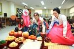18일(수) 현대외국인학교(동구 서부동)에서 열린 '설날 체험 행사'에서 한복을 입은 외국 어린이들이 차례를 지내고 세배하고 있다.
