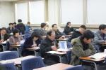 지난 4회 매경부동산자산관리사 자격검정시험 응시자들이 수험직전 마지막 학습정리를 하고 있다.
