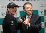 하나금융그룹은 미국을 대표하는 LPGA 톱 랭커인 크리스티 커( Cristie Kerr )를 후원하기로 하고, 지난 3일 오후(현지시간) 미국 로스앤젤레스 소재 웨스틴 보나벤쳐 호텔( Westin Bonaventure Hotel )에서 후원 협약식을 체결했다.