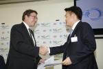 기아자동차는 22일(현지시간) 케냐 수도 나이로비에 위치한『유엔환경계획(UNEP, United Nations Environment Program)』본부에서 협약식을 갖고, 6월 브라질에서 개최 되는 '2012 세계 환경의 날(World Environment Day 2012)' 행사를 위해 차량 5대를 기부하기로 했다.   사진은 아킴 슈타이너(Achim Steiner) 유엔환경계획 사무총장(사진 왼쪽)과 김민건 기아차 아중동지역본부장(사진 오른