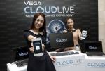 스카이는 2월 23일 서울 상암동 본사에서 국내 제조사 최초로 선보였던 클라우드의 업그레이드 버전인 '베가 클라우드 라이브(Vega Cloud Live)'를 공개했다.  모델들이 라이브 디스크, 자동동기화, 클라우드 허브, 개인설정 백업 등의 강력한 기능을 갖춘 '베가 클라우드 라이브(Vega Cloud Live)'를 선보이고 있다. (사진제공: 팬택)