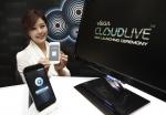 스카이는 2월 23일 서울 상암동 본사에서 국내 제조사 최초로 선보였던 클라우드의 업그레이드 버전인 '베가 클라우드 라이브(Vega Cloud Live)'를 공개했다.  MBC 기상캐스터 출신 방송인 박은지가 베가 클라우드 라이브 (Vega Cloud Live)를 선보이고 있다. (사진제공: 팬택)