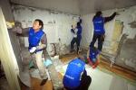 현대중공업 직원들로 구성된 재능 나눔 봉사단원들이 25일(토) 동구 방어동의 조손(祖孫)가정을 방문해 집수리 봉사를 펼치고 있다.