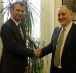 2011년의 성과를 축하하는 레일유럽 CEO 피에르-스테판 오스티(Pierre-Stéphane Austi)와 스페인 국영 철도청(Renfe) 총책임자 엔리께 울키조(Enrike Urkijo)