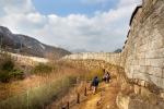 서울 최고의 역사문화 탐방로인 서울성곽은 18.6km 중 12km가 보존되어 있다. 사진은 인왕산 구간(사진: 걷기여행작가 윤문기 제공)