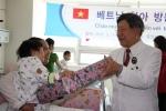 중앙대학교병원 김성덕 원장(오른쪽)이 수술 전 베트남 어린이 환자에게 선물을 증정하고 있다. (사진제공: 두산중공업)