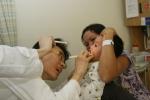 수술 집도의인 중앙대학교병원 성형외과 배태희 교수(왼쪽)가 수술 전 환자의 상태를 살펴보고 (사진제공: 두산중공업)