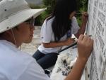 6기(작년) 참가자들이 프랑스 워크캠프서 건물 복구 봉사 활동을 하는 모습.