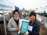 지난 18일, 충북 성환에 위치한 유기견 보호소 '반송원'에서 동물보호시민단체 카라(KARA) 임순례 대표에게 자사의 동물의약품 제품을 전달한 메리알 코리아.