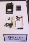 SSCP는 그래핀 소재를 채택하여 스마트 폰, 컴퓨터, TV 등 전자기기의 발열 문제를 획기적으로 개선할 수 있는 열 확산 필름 등 신제품을 공개했다. 이와 함께 그래핀 파우더와 잉크 등 원재료는 물론 이를 응용한 TV와 태양전지 모듈, 코팅 필름, LED 조명기기 등도 선보였다. (사진제공: SSCP)