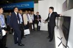 지난 22일부터 25일까지 남아프리카공화국 케이프타운에서 열린 '삼성전자 아프리카 포럼'에서 삼성전자 직원이 고객들에게 올해 나온 스마트 TV에 대해 설명하고 있다. (사진제공: 삼성전자)