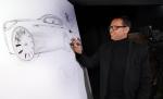 피터 슈라이어 기아차 디자인 총괄 부사장이 기아차의 새로운 디자인 방향성을 설명하기 위해 현장에서 K9의 스케치 작업을 직접 시연하고 있는 모습.