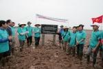 하나은행 직원들과 베트남 현지주민들이 나무심기 활동전 현판식을 갖고 있다