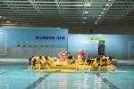 비상착수 후 진에어 신입객실승무원들이 교관 지시에 따라 안전한 장소로 구명정을 이동시키는 훈련을 하고 있는 모습.