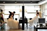 해어화by채청수(www.soochae.com)에서는 깔끔하고 자연스러운 헤어라인과 색조보다는 음영을 적절하게 표현해서 신부의 이목구비를 살려주는 메이크업을 추천한다.