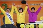 9일 정오 중랑을 우림시장을 찾은 박영선위원장과 박홍근 후보가 승리의 만세를 하고있다.