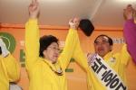 한명숙 대표가 중랑을 박홍근 후보 지원유세를 하며 함께 두 손을 번쩍 들고 있다. (사진제공: 박홍근후보사무소)