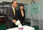 서울 중랑을 민주통합당 박홍근 후보 내외가 투표하고 있다