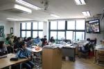 청각장애 관련 동영상 교육을 하고있는 동자초등학교 학생들 (사진제공: 사랑의달팽이)