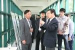 김윤 회장이 연구개발성과를 둘러보고 있다. (사진제공: 삼양그룹)