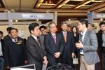 사진 왼쪽부터 첫 번째 후쿤산 중국SW협회 비서장, 세 번째(사진 중앙) 이규형 주중한국대사관 대사, 네 번째 박진형 KOTRA 중국지역본부장이 수중 3D기술에 대하여 설명을 듣고 있다. (사진제공: KOTRA)