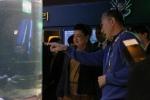 라자팍사 스리랑카 대통령 영부인에게 김영필 부산아쿠아리움 대표가 해양생물에 대해 설명해주고 있다. (사진제공: 부산아쿠아리움)