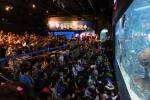 라자팍사 스리랑카 대통령 영부인과 김영필 부산아쿠아리움 대표가 나란히 '상어먹이주기 쇼'를 관람하고 있다. (사진제공: 부산아쿠아리움)