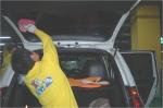 사회적기업 (주)두레마을 서울지역본부 성동점의 한 직원이 성동구청 지하주차장에서 물 없이 친환경 명품세차 작업을 하고 있다. (사진제공: 한국마이크로크레디트신나는조합)