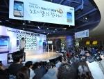 개그맨 윤형빈과 참가자들이 갤럭시노트에 대한 퀴즈와 미션 수행에 참여하는 모습. (사진제공: 삼성전자)