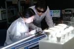삼성전자 수원 디지털시티에 위치한 LED조명 안전시험소에서 연구원들이 전기적 안전성을 검사하고 있다. (사진제공: 삼성전자)