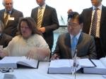 5.2일(수) 호주 시드니에서 주주사 대표들이 참석한 가운데 로이힐 프로젝트 계약체결 축하행사가 열렸다. 왼쪽부터 지나 라인하트(Gina Rinehart) 핸콕 회장, 정준양 포스코 회장. (사진제공: 포스코)