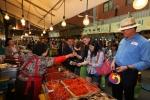 관광공사는 광장시장과 자매결연 협약 이후, 이참 사장을 비롯한 임직원 및 주한외국인 유학생들과 함께 전통시장 체험 및 장보기 행사를 실시하였다. (사진제공: 한국관광공사)