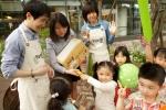 어린이날을 맞이해 CJ제일제당 행복한콩팀 직원들이 CJ그룹 보육시설인 CJ키즈빌 아이들을 대상으로 '동그란 두부' 제품을 증정하고 있다. (사진제공: CJ제일제당)