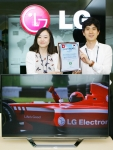 LG전자 TV사업부 TV규격팀 연구원들이 평택 디지털파크에서 '클리마톱 인증(Climatop Label)'을 획득한 시네마3D TV(모델명47LM760S)와 인증서를 소개하고 있다. (사진제공: LG전자)