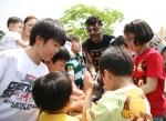 삼성 디지털시티(수원 소재)에서 열린 '2012 가족초청 사랑가득 봄나들이'에서  아이들이 '아프리카 전통 타악기'를 함께 연주하고 있다. (사진제공: 삼성전자)