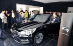 기아자동차는 4일 서울 압구정 지점을 포함한 K라운지 9곳과 지역 대형 거점 13곳 등 총 22개 거점에서 지역별 VIP 1,100명(지점별 50명)을 초청해 신차 K9에 대한 설명과 차량을 살펴 볼 수 있는 기회를 제공하는 행사를 진행했다고 밝혔다.