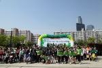 스타벅스 바리스타와 가족 400여명이 5월 6일 여의도 한강공원에서 소외 어린이 돕기 기금마련을 위한 걷기 마라톤에 앞서 완주 결의를 다짐하고 있다. (사진제공: 스타벅스커피코리아)