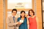 GS샵의 쇼핑호스트들과 기아대책 사회적 기업 '행복한 나눔' 대표 박미선씨가 공정무역커피가 담긴 '착한 선물 세트'를 소개하고 있다. (사진제공: GS홈쇼핑)